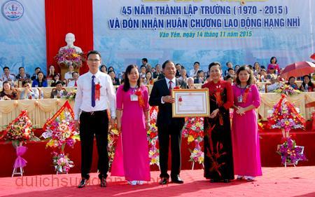 Phó chủ tịch UBND tỉnh Ngô Thị Chinh trao Huân chương Lao động hạng Nhì cho nhà trường.