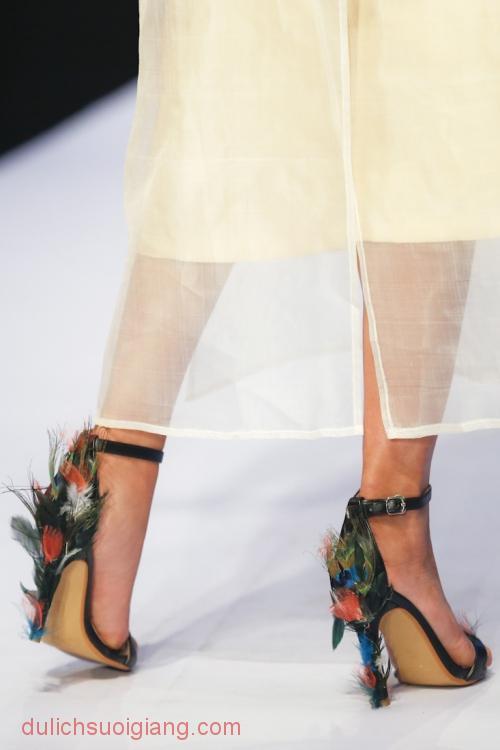 Nhà thiết kế đầu tư sandals cao gót đi kèm trang phục. Với thiết kế này, Trần Hùng được đi tiếp vào trong.