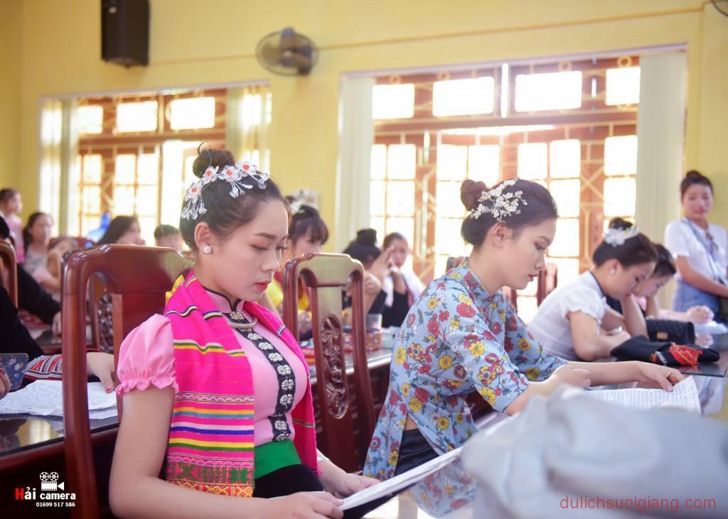 chung-khao-cuoc-thi-nguoi-dep-muong-lo-126